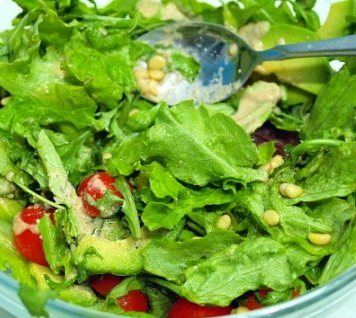 Великий пост: Зеленый салат с ореховым соусом