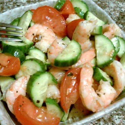 Постный салат со свежими креветками и помидорами