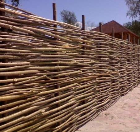 Как сделать плетеный забор для дачи
